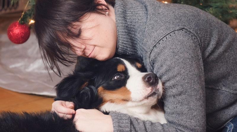 хозяйка обнимает собаку